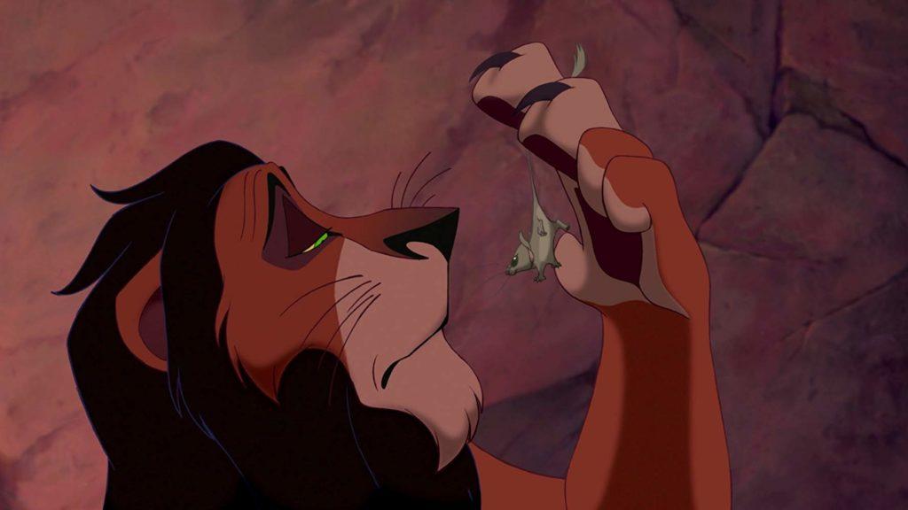Scar se va a comer un ratón