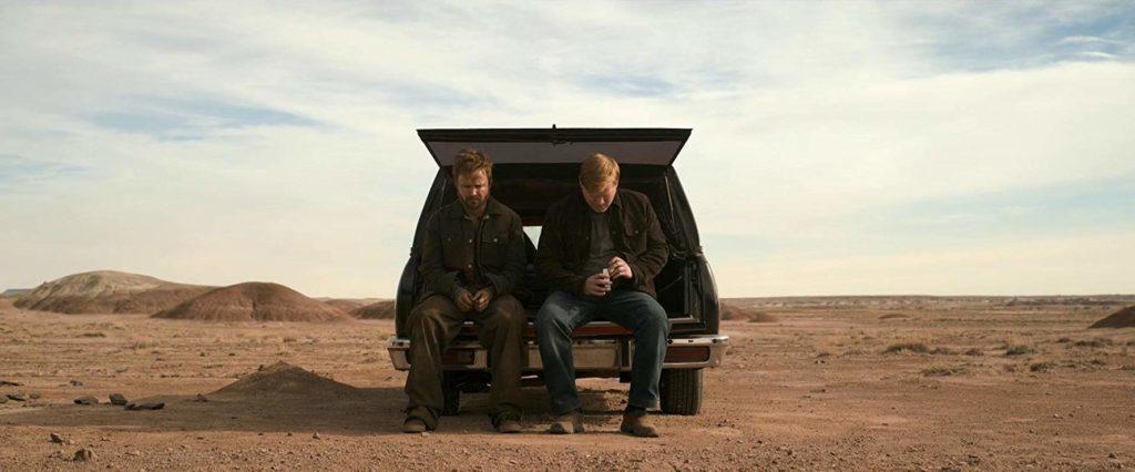 Aaron Paul y Jesse Pleamons sentados en el maletero