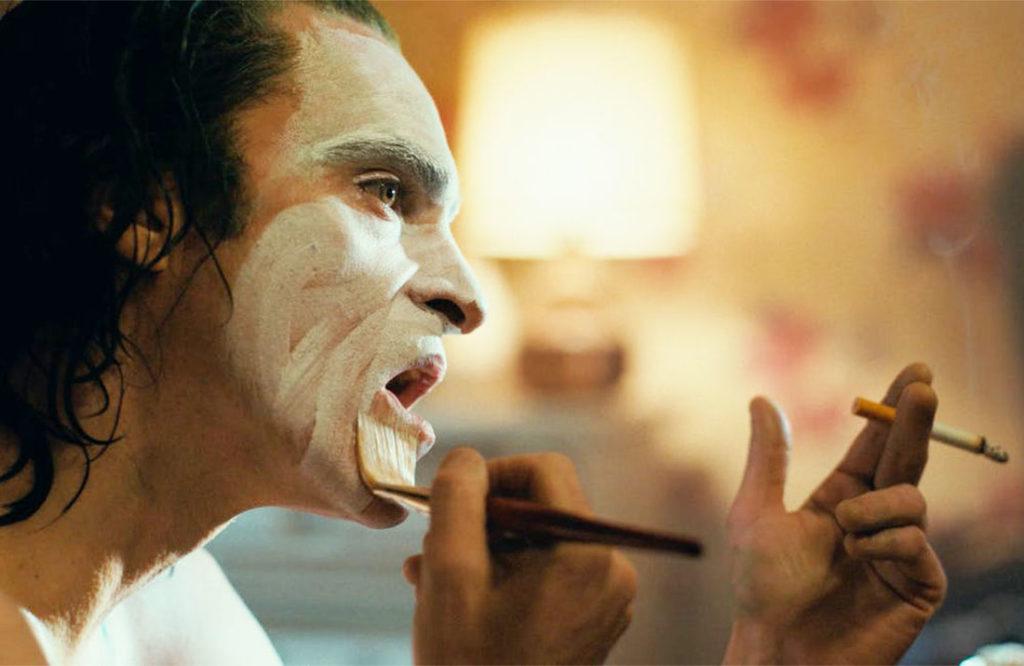Arthur Fleck se maquilla como payaso