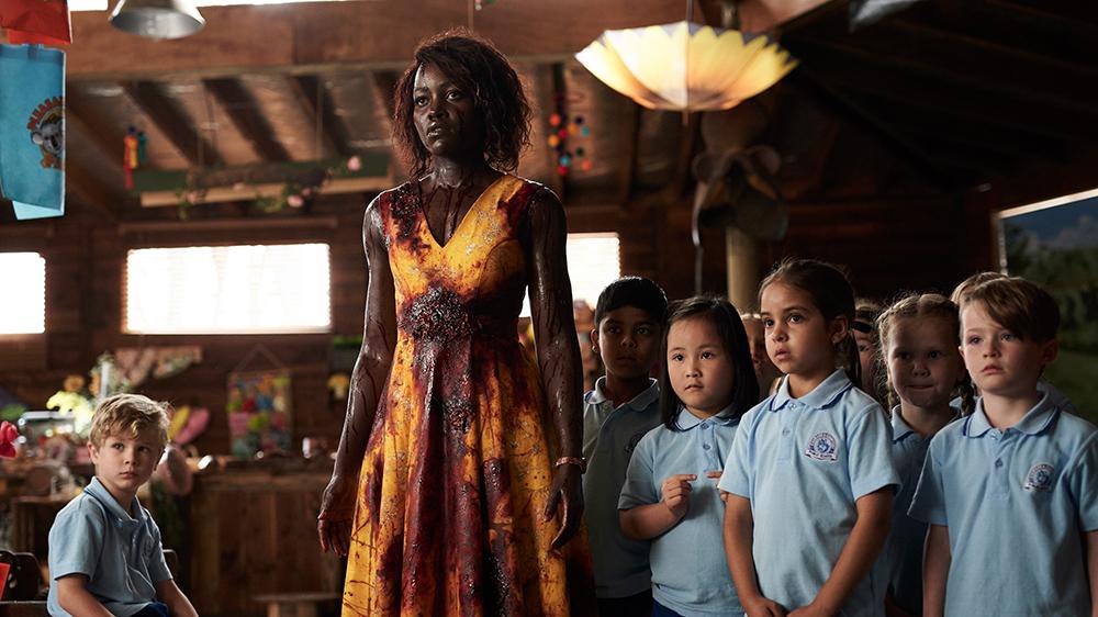 Lupita Nyong'o ensangrentada al lado de los niños de Little monsters (2019).