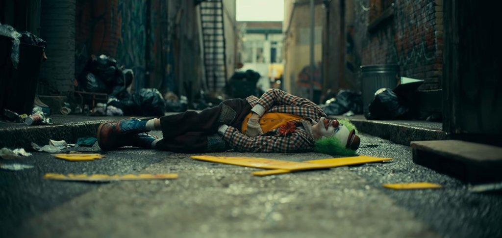 Arthur apaleado en la calle