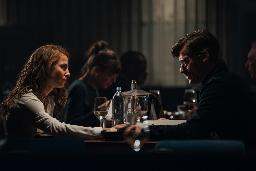 Max conversa en un restaurante con una mujer