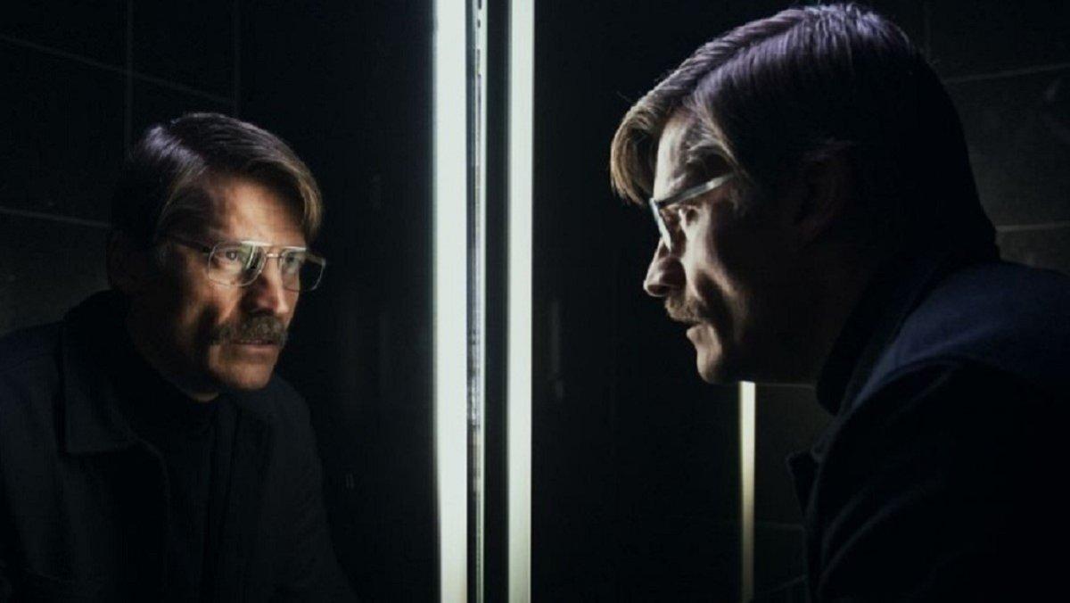 Max Isaksen (Nikolaj Coster-Waldau) frente al espejo
