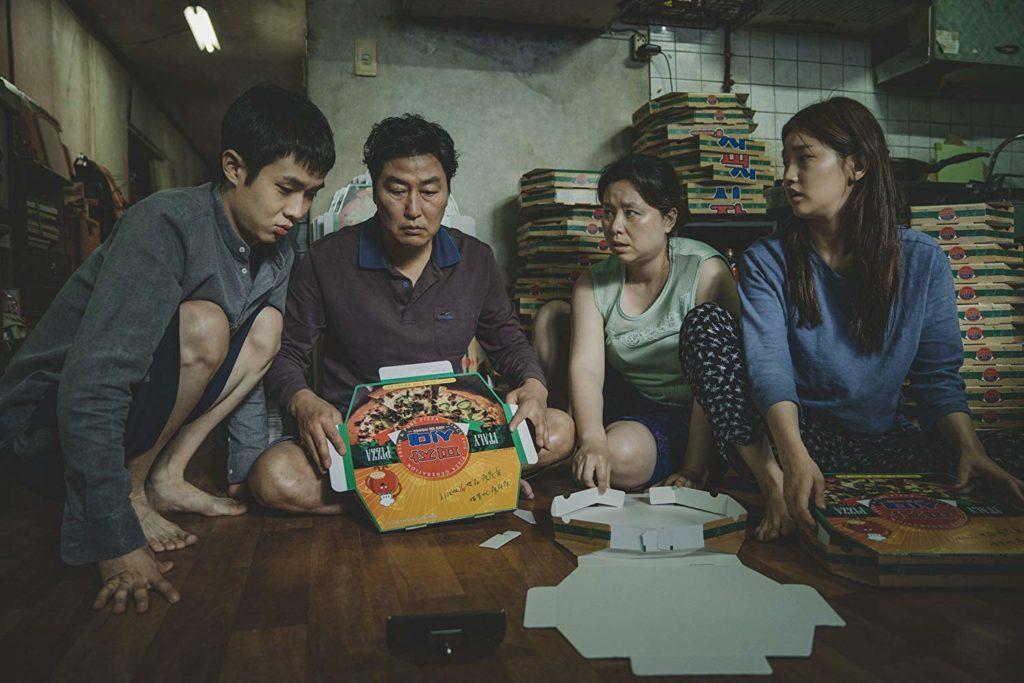 Kang-ho Song, Hye-jin Jang, Woo-sik Choi, y So-dam Park en Parasitos (2019)