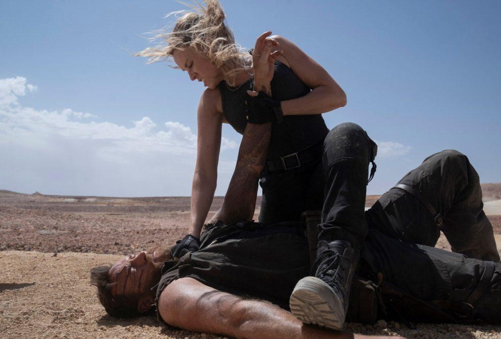 Josh Lawson y Jessica McNamee en Mortal Kombat (2021)