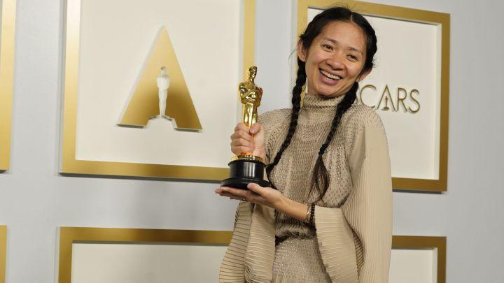 Chloe Zhao posa con su estatuilla por 'Nomadland'